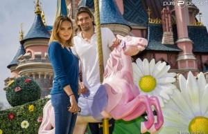 Valérie Bègue & Camille Lacourt en amoureux à Disneyland