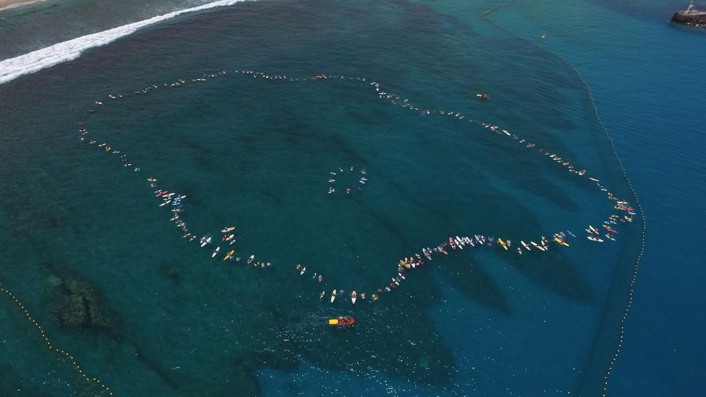 Hommage aux victimes des attaques de requins, ce samedi 20 février sur le spot des Roches Noires