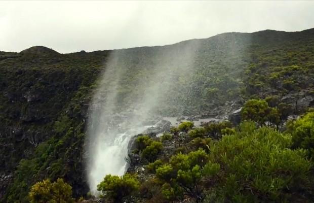 Quand une cascade de la Réunion coule à l'envers, vers le ciel