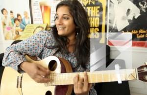 Maya Kamaty chante « Écris-moi » en acoustique guitare-voix