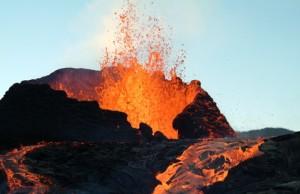 entrée en éruption du piton de la fournaise volcan la pété